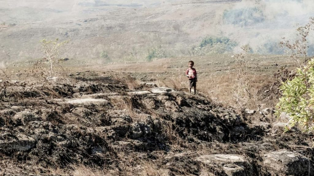 Les feux d'herbe sèche font rage autour de #ReconstruireMbinuDita